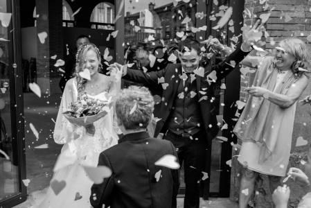 mariés confettis mairie