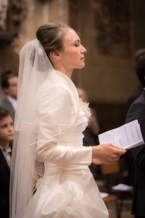 une mariée lors de la cérémonie à l'église