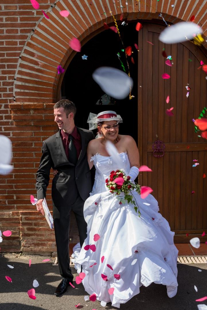 Photo sortie d'église mariage Toulouse avec confettis