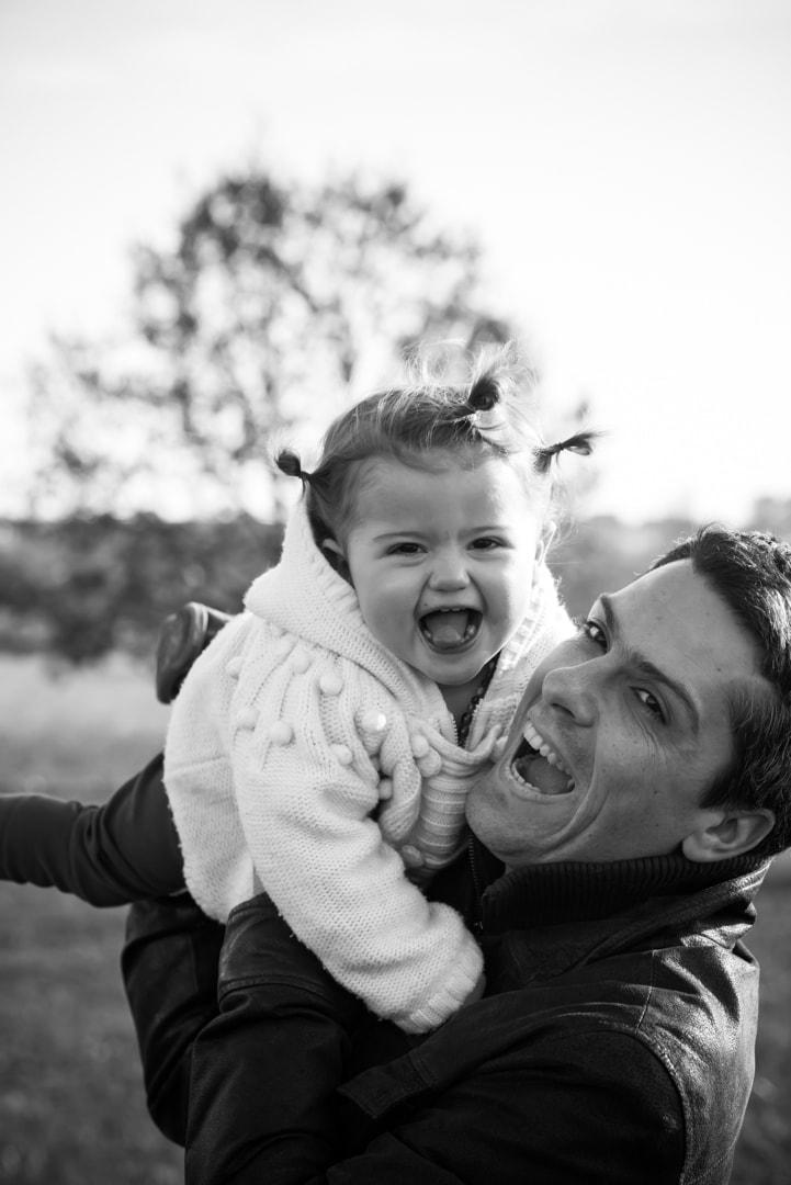 Photographe portrait famille - Papa et fille - noir et blanc