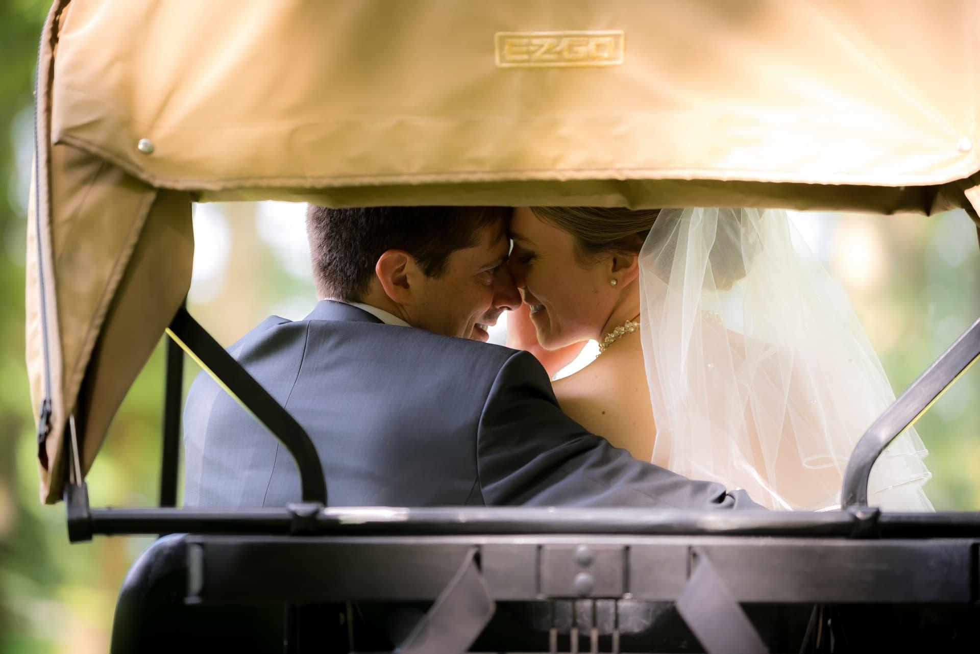 Couple voiture de golf mariage