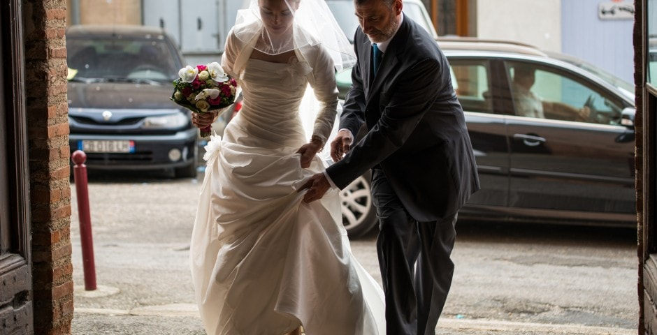 mariée rentre avec son père à l'église