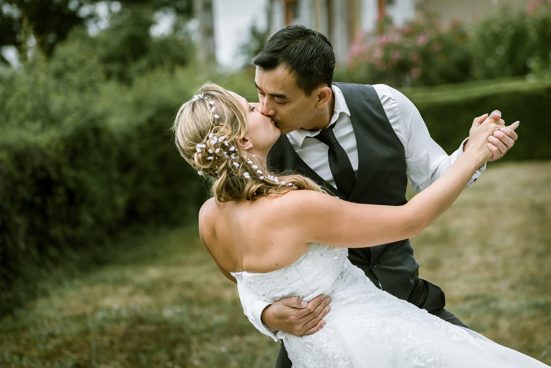 Mariés s'embrasse