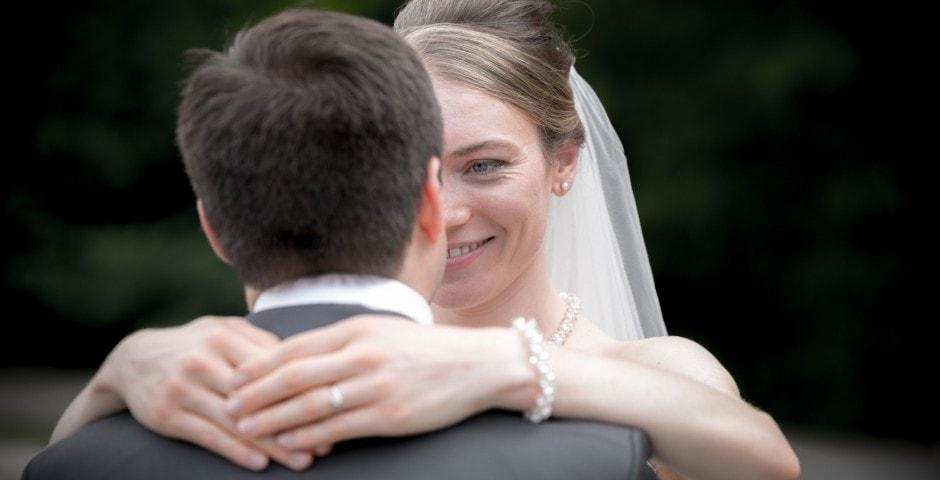 Couple amoureux lors d'un mariage
