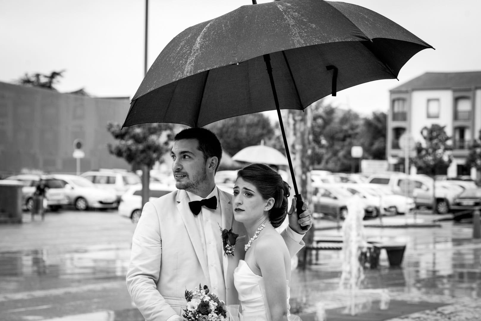 mariage sous la pluie en noir et blanc